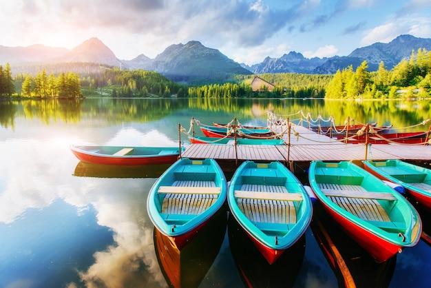 Boot op het dok omgeven bergen. fantastische shtrbske pleso hoge tatra. slowakije Premium Foto
