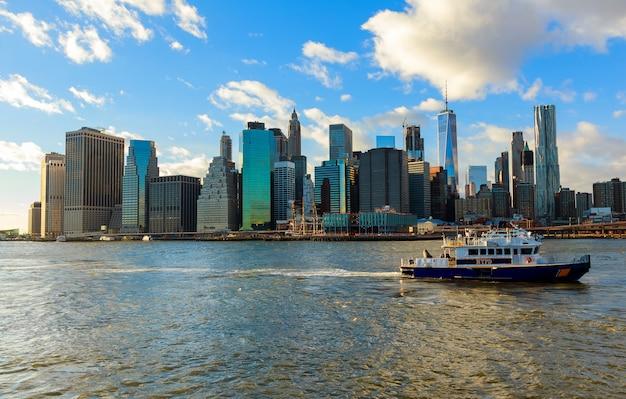 Boot van de nypd reageert op een noodsituatie op de east river new york city Premium Foto