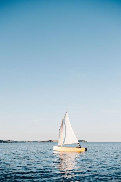 Boot zeilen op de zee op een zonnige dag Gratis Foto