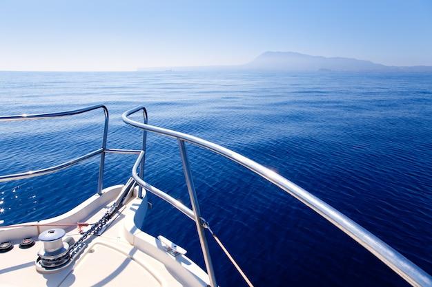 Bootboog die in blauwe middellandse zee varen Premium Foto
