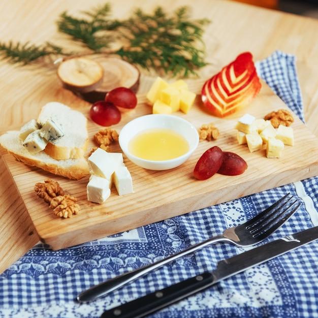 Bord met blauwe kaas dor, parmezaanse kaas, brie Premium Foto