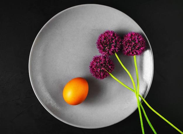 Bord met gekookt ei en wilde knoflookbloemen Gratis Foto