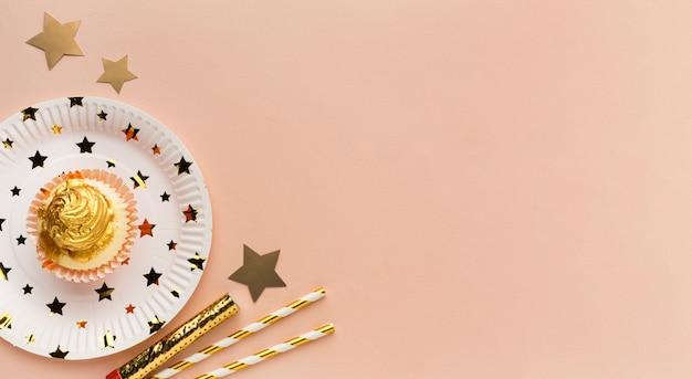 Bord met kleine taart Gratis Foto