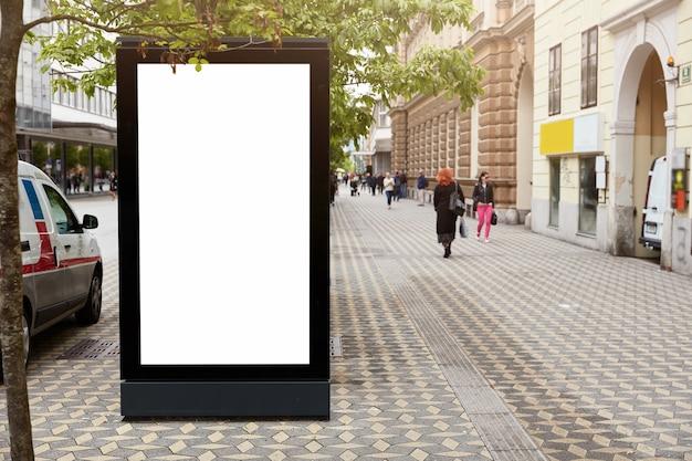 Bord met mock-up ruimte voor uw commerciële informatie Gratis Foto