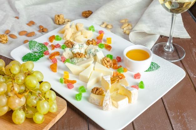 Bord met verschillende snacks Premium Foto