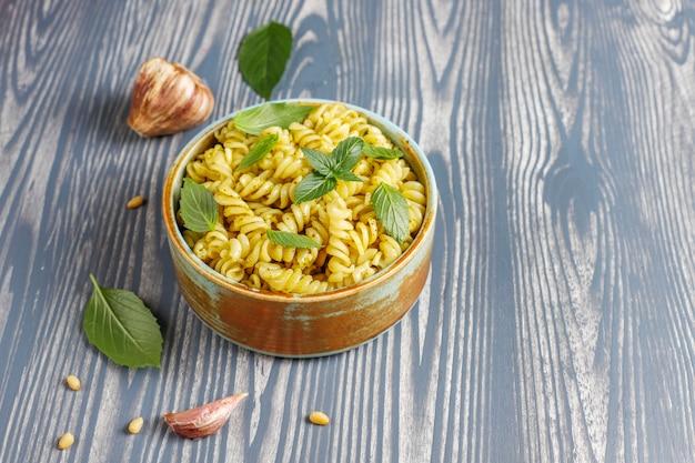 Bord pasta met zelfgemaakte pestosaus. Gratis Foto
