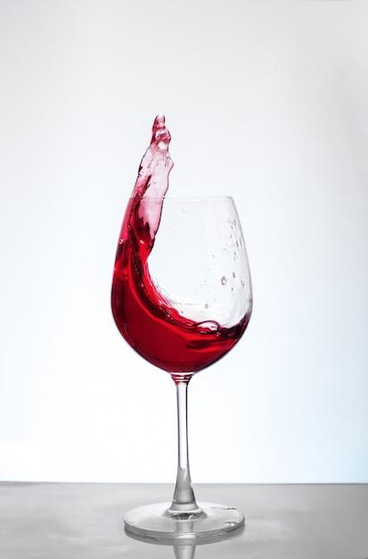 Bordeauxwijn op een witte achtergrond. Premium Foto