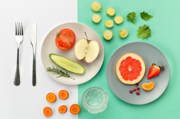 Borden met gezond eten en bestek Gratis Foto
