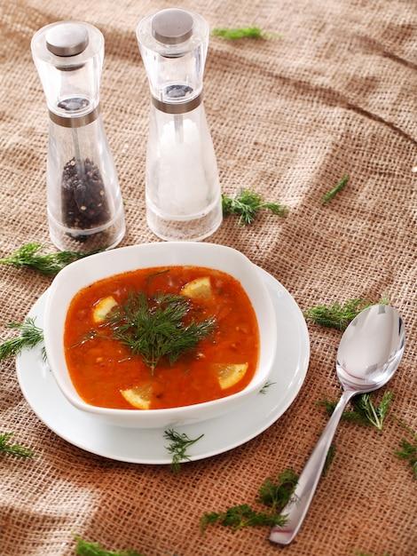 Borsjt soep, zout, peper en een lepel Gratis Foto