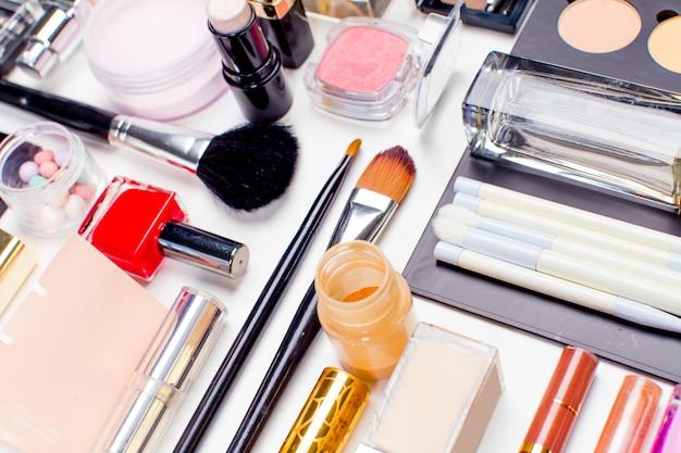 Borstel en cosmetica geïsoleerd op een witte ondergrond, bovenaanzicht, Premium Foto