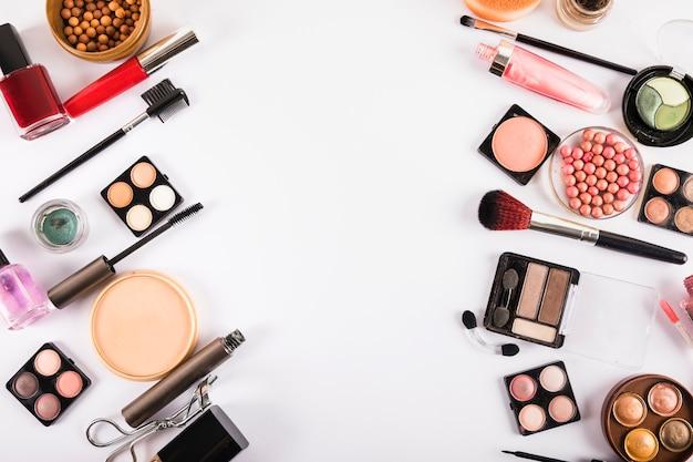 Borstels en cosmetica geïsoleerd op een witte achtergrond Gratis Foto