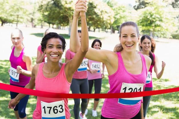 Borstkanker deelnemers overschrijden finishlijn bij race Premium Foto