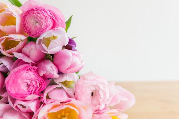 Bos van kleurrijke tulpen en roze ranunculus boterbloem bloemen Premium Foto