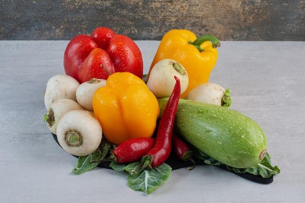 Bos van rauwe groenten op stenen tafel. hoge kwaliteit foto Gratis Foto