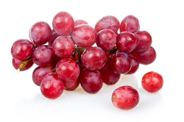 Bos van rijpe roze druiven die op witte achtergrond worden geïsoleerd Premium Foto