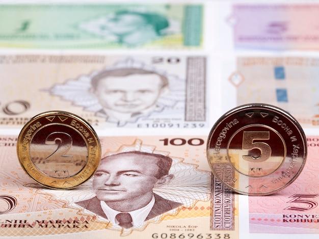 Bosnië-herzegovina munten op de achtergrond van geld Premium Foto