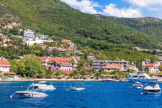 Boten aan de kust van de adriatische zee in de baai van kotor, montenegro. Premium Foto