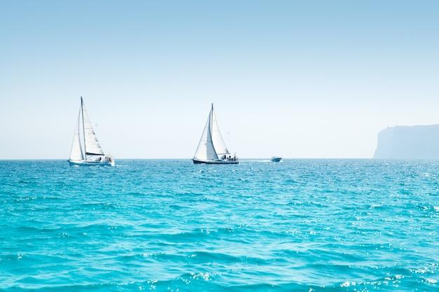 Boten varen regatta met zeilboten in het middellandse-zeegebied Premium Foto
