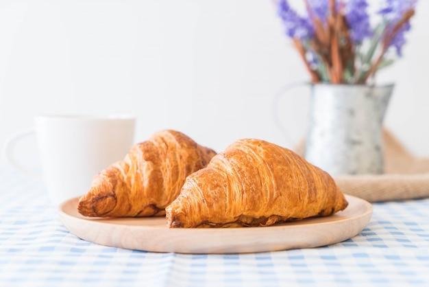 Boter croissant op tafel Gratis Foto
