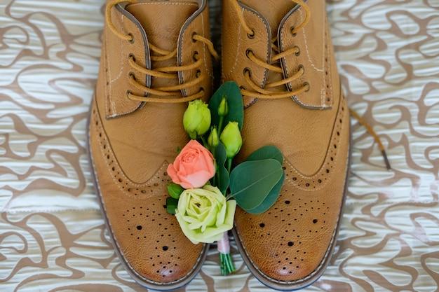 Boutonniere liggen op schoenen Premium Foto