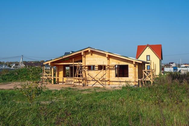 Bouw van een houten huis op een eigen perceel Premium Foto