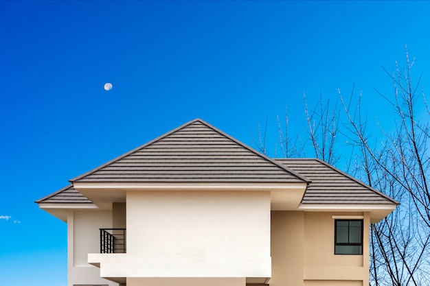 Bouwen van een nieuw dak van huis met blauwe lucht .. Premium Foto