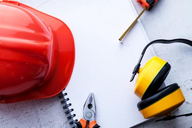 Bouwhelm is een symbool van veiligheid op de werkplek. gereedschapsset. veiligheidsconcept selectieve aandacht. Premium Foto
