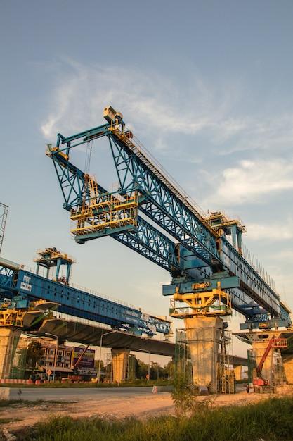 Bouwkraan en balk van brugbouwwerf. nieuwe snelwegbouwwerf en materiaal. Premium Foto