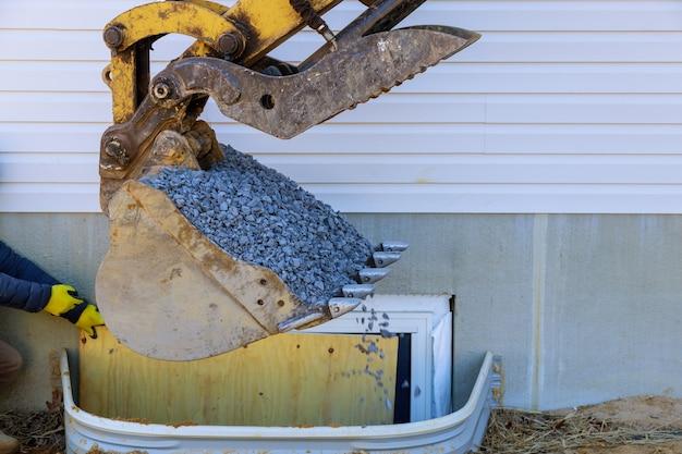 Bouwmaterialenvenster goed voor kelderconstructie bewegende grindschep Premium Foto