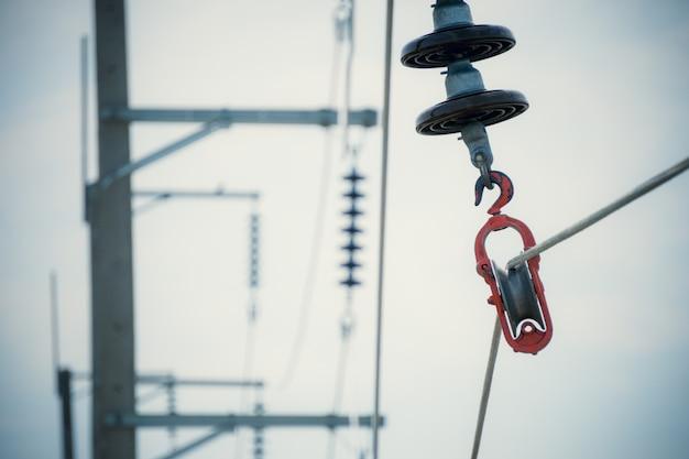 Bouwproces installeer aluminium elektrische draden met isolatoren Premium Foto