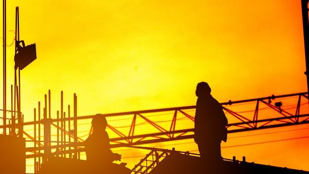 Bouwvakker die aan een bouwwerf, aan bouwteams werkt om in de zware industrie te werken Premium Foto