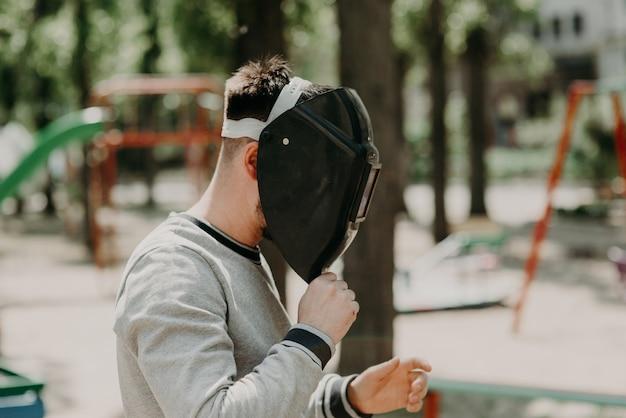Bouwvakker in een lasmasker Premium Foto