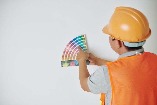 Bouwvakker kleur kiezen Premium Foto