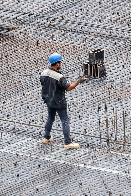 Bouwvakkers die werken op de site in een bewolkte dag Gratis Foto