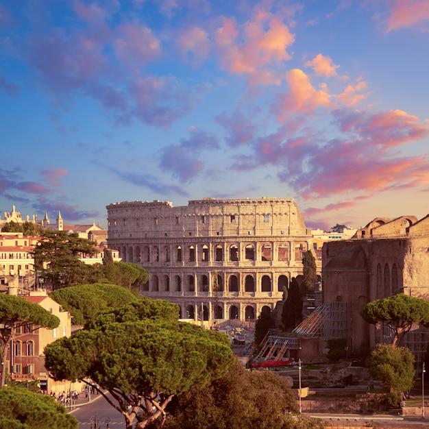 Bouwwerkzaamheden door colosseum in rome, italië Premium Foto