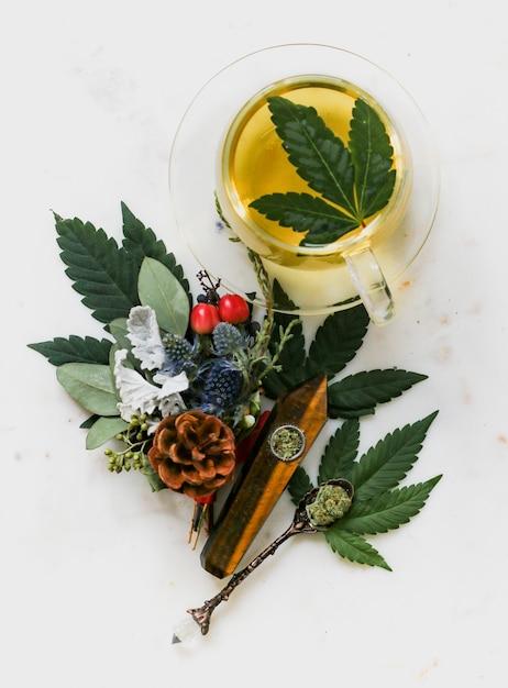 Boven geschoten van een jasmijn groene thee met marihuanakruiden Gratis Foto