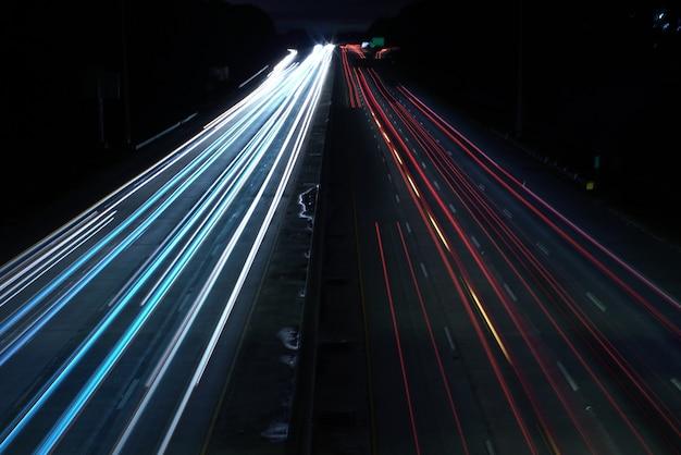 Boven geschoten van een wegweg met auto lichte snelheidspaden Gratis Foto