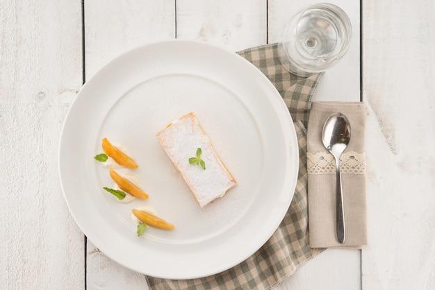Boven het oog op een heerlijk dessert in de provence-achtige omgeving Gratis Foto