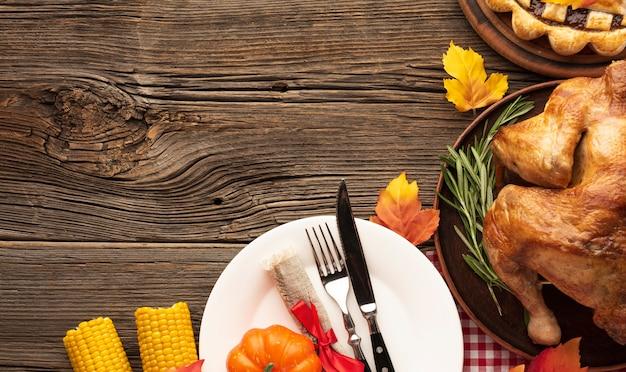 Boven meningsregeling met heerlijke maaltijd op houten achtergrond Gratis Foto