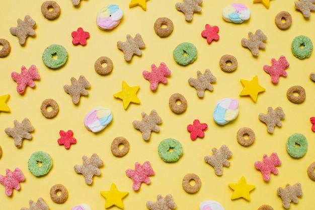 Boven weergave assortiment met granen op gele achtergrond Gratis Foto