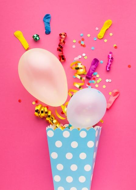 Boven weergave feestdecoratie met roze achtergrond Gratis Foto