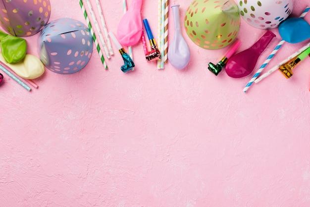 Boven weergave frame met hoeden en ballonnen Gratis Foto