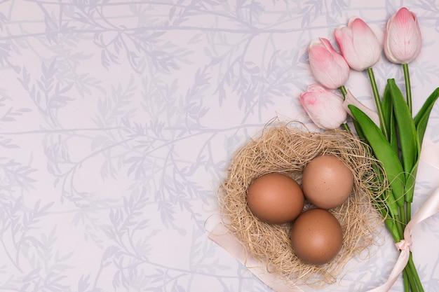 Boven weergave frame met tulpen en eieren Gratis Foto