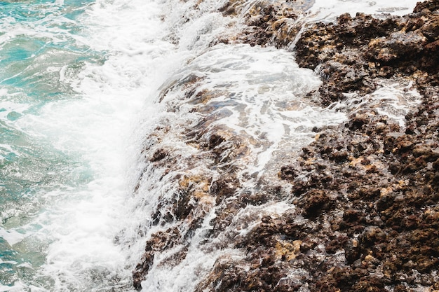 Boven weergave golven op rotsachtige kust Gratis Foto