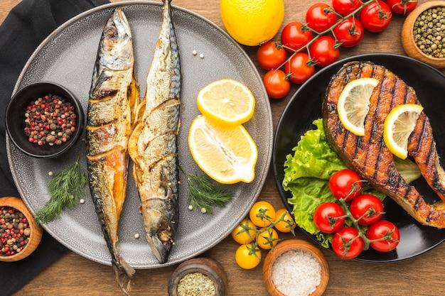 Boven weergave heerlijk gerookte vis op plaat Premium Foto