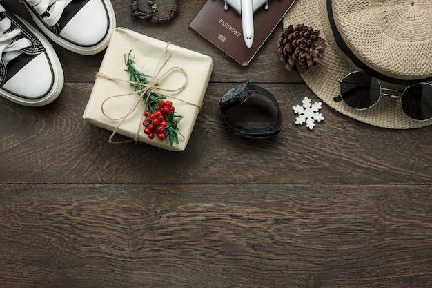Boven weergave van ornamenten en decoraties vrolijk kerstfeest en