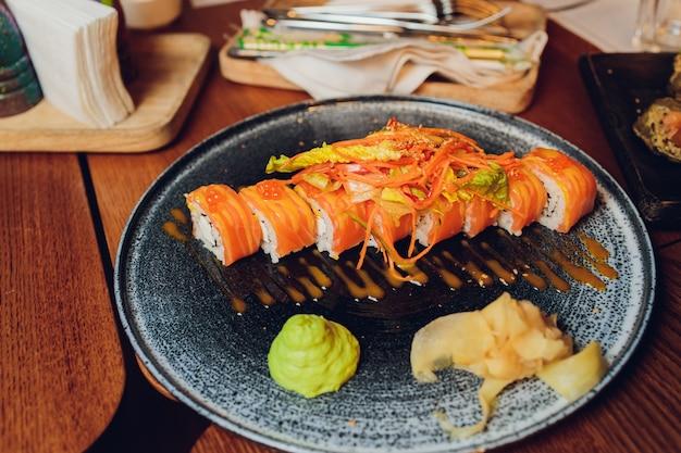 Boven weergave van verschillende sushi en broodjes op een houten bord Premium Foto