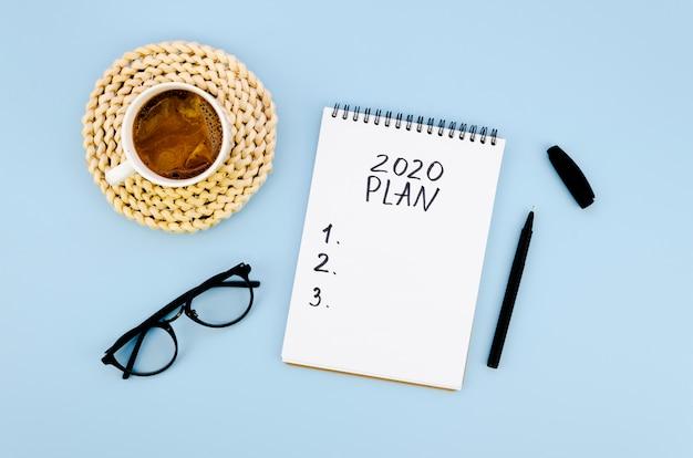 Bovenaanzicht 2020-resolutiesplan met koffie en glazen Gratis Foto