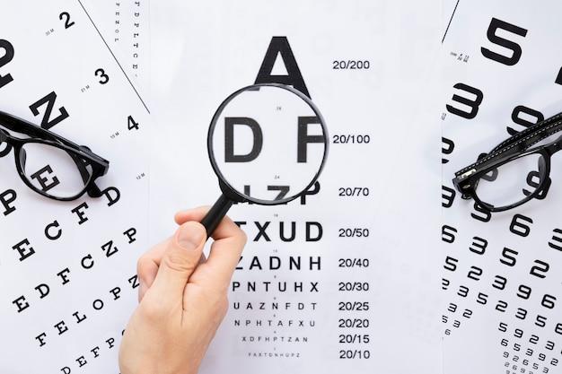 Bovenaanzicht alfabet en getallen tabel voor optisch overleg Gratis Foto