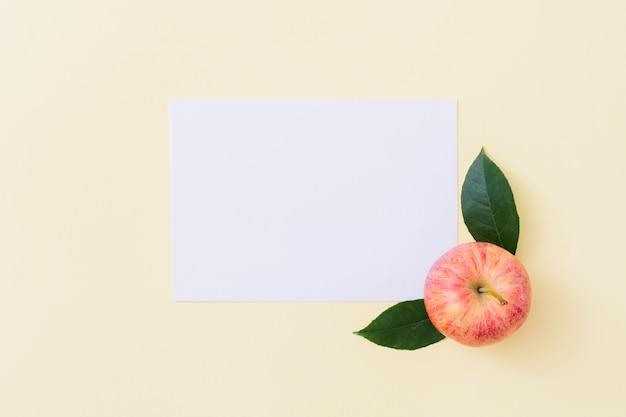Bovenaanzicht appel met papier Gratis Foto